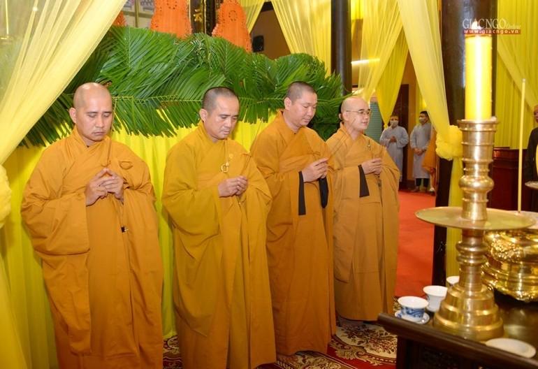 Chư tôn đức Báo Giác Ngộ, Ban Thông tin - Truyền thông Phật giáo Thành phố niêm hương tưởng niệm Giác linh Hòa thượng Thích Nhật Ấn - Ảnh: Bảo Toàn