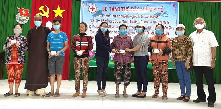 Các đơn vị phối hợp trao tặng trên 2.091 thẻ bảo hiểm y tế cho các hộ cận nghèo