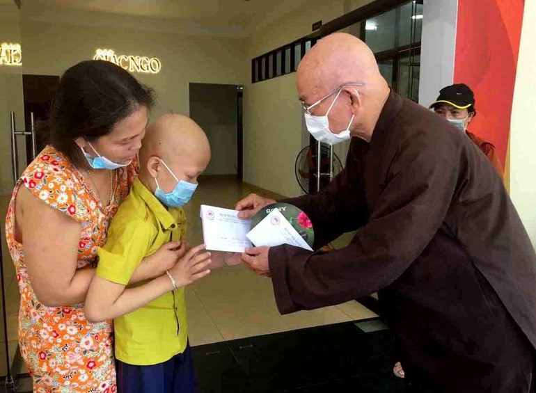 Hòa thượng Thích Tâm Viên trao tiền ủng hộ của bạn đọc đến bệnh nhân khó khăn - Ảnh: M.Tuyền