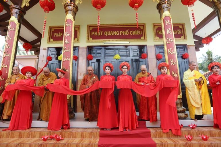 Cắt băng khánh thành chánh điện chùa Phú Sơn - thị xã Sông Cầu