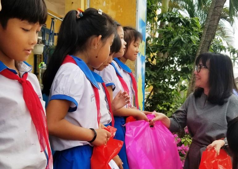 Đại diện nhà tài trợ JW Marriott, tổ chức AAV phối hợp với Hội Nhà báo tỉnh Thừa Thiên Huế trao đến học sinh
