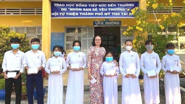 Học sinh Trường THCS Võ Văn Dánh nhận học bổng do tổ San Sẻ Yêu Thương tài trợ