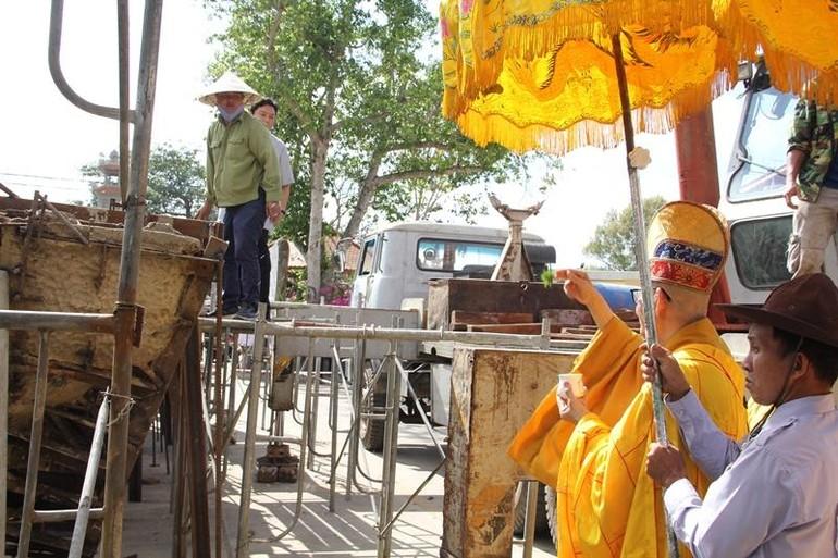 Thực hiện nghi thức sái tịnh đúc tôn tượng tại chùa Phổ Minh
