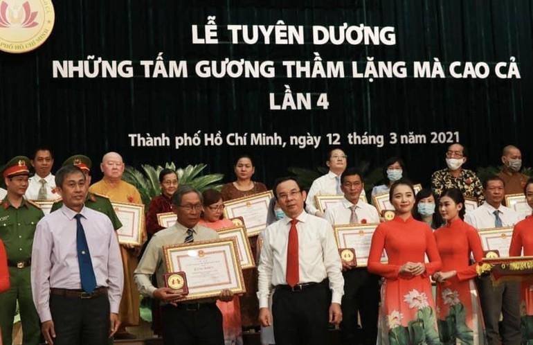 Các tập thể, cá nhận được Ủy ban Nhân dân, Ủy ban MTTQVN TP.HCM trao tặng Bằng khen - Ảnh: CTV