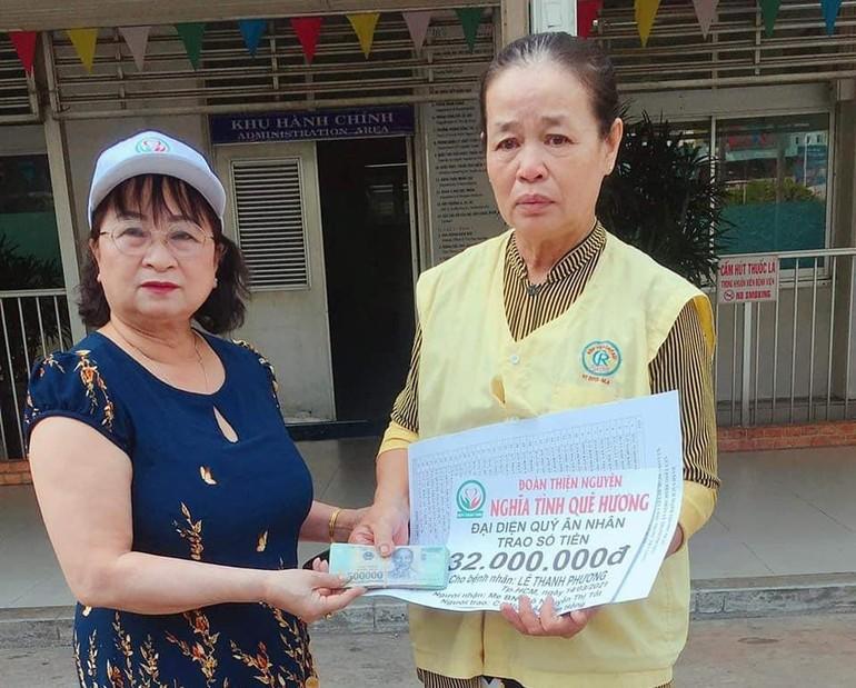 Trưởng nhóm Nghĩa Tình Quê Hương trao 32 triệu đồng đến bà Nguyễn Thị Tốt là mẹ của bệnh nhân Lê Thanh Phương