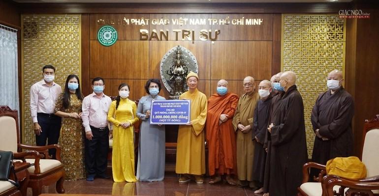 Trưởng lão Hòa thượng Thích Trí Quảng đại diện Phật giáo TP.HCM trao 1 tỷ đồng đến bà Tô Thị Bích Châu