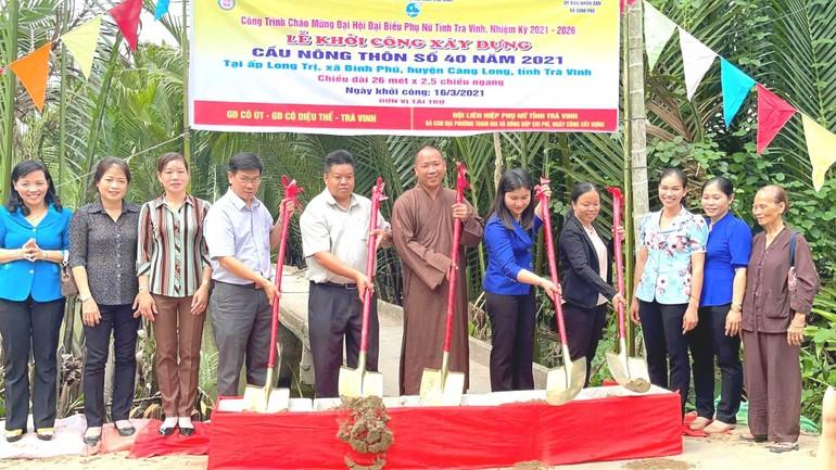 Đại đức Thích Minh Trí cùng với chính quyền địa phương khởi công xây cầu nông thôn số 40 tại ấp Long Trị