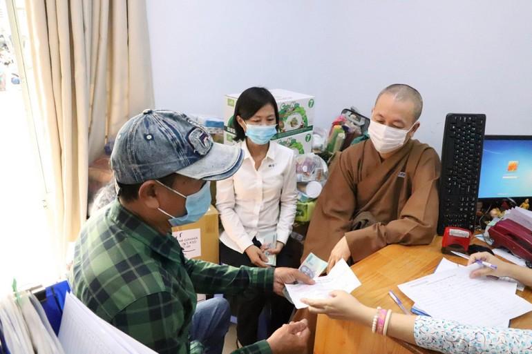 Đại đức Thích Huệ Định, Phật tử Thanh Thuận Như tặng quà cho các bệnh nhân ung bướu