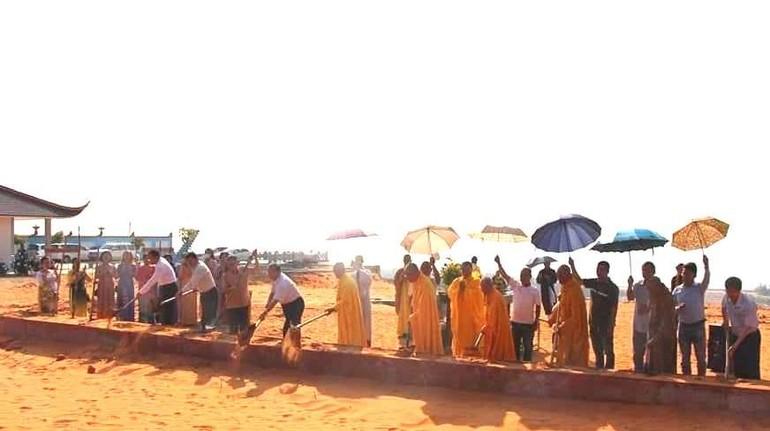 Chư tôn đức thực hiện nghi thức động thổ xây dựng chùa Minh Đạo