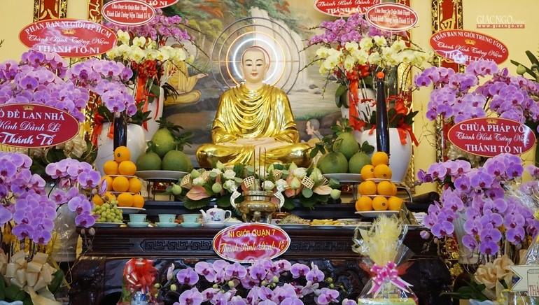 Tôn tượng Đức Thánh Tổ Ni Đại Ái Đạo trang nghiêm tại Tổ đường tổ đình Từ Nghiêm
