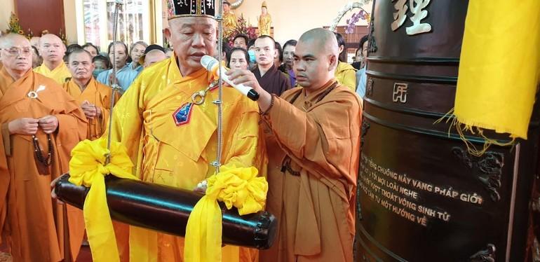 Thực hiện nghi thức khai Đại Hồng chung chùa Phước Thành