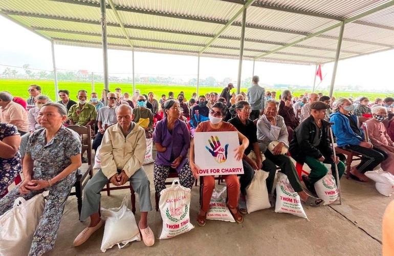 Chùa Diệu Linh trao 100 suất quà cho người mù nghèo