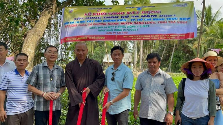 Đại đức Thích Minh Trí, cùng với chính quyền địa phương trong lễ khởi công xây dựng cầu số 46