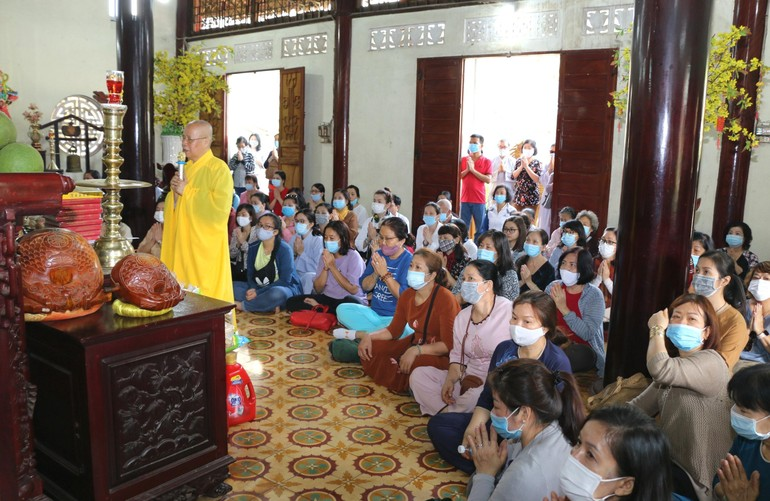Hòa thượng Thích Chơn Nguyên, Trưởng ban Từ thiện thiền viện Vạn Hạnh tác bạch cúng dường - Ảnh: CTV