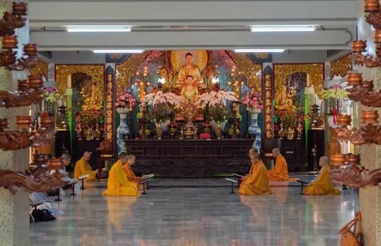 Khóa lễ tụng niệm nhân húy nhật Hòa thượng Thích Hồng Phước tại chánh điện chùa Huỳnh Kim