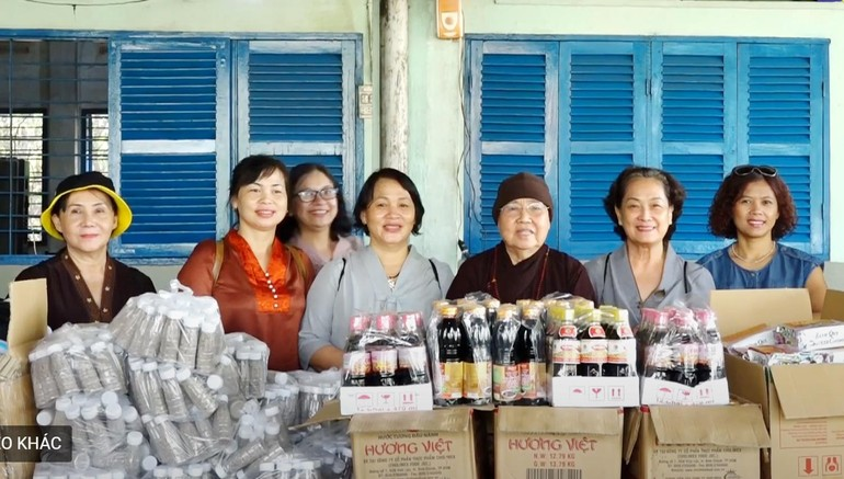 Ni trưởng Thích nữ Từ Nhẫn đến thăm, trao quà tại Trại phong Bình Minh, Mái ấm Phúc Lâm - Đồng Nai