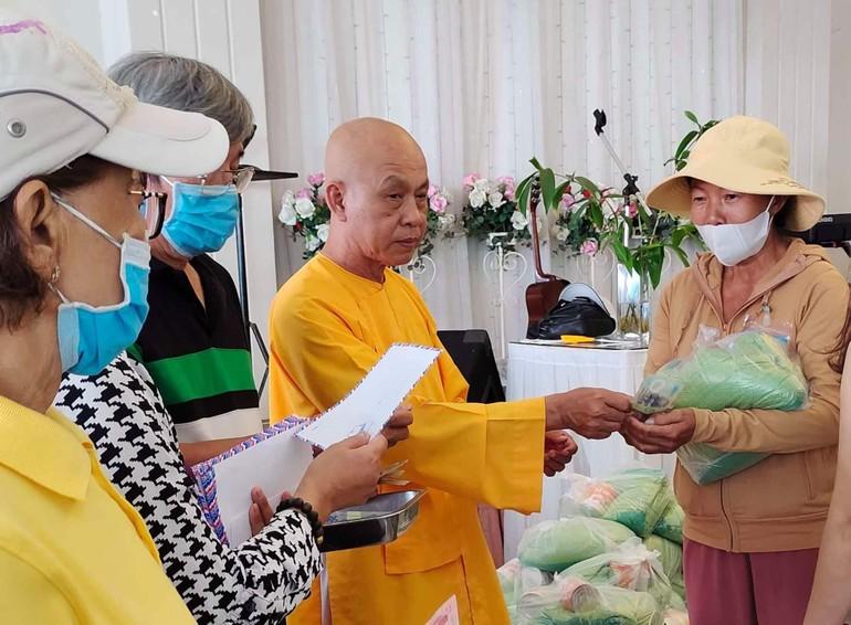Thượng tọa Thích Quảng Tâm, trụ trì chùa Linh Thứu trao quà đến bệnh nhân thận