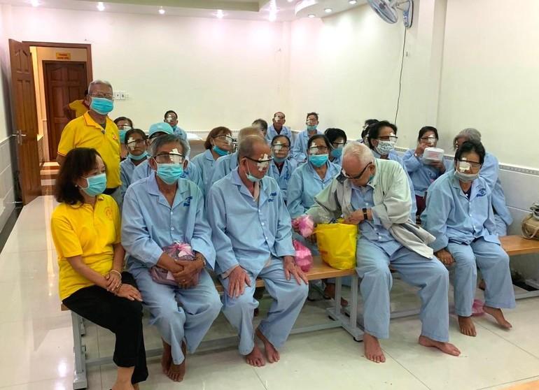 100 bệnh nhân bị đục thủy tinh thể được tài trợ phẫu thuật phaco - Ảnh: T.N