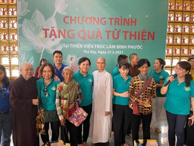 Ban TTXH Phật giáo TP.HCM, nhóm Chia Sẻ - Sharing tặng quà đến người nghèo vùng biên giới