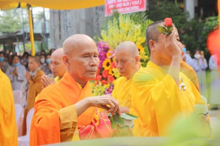 Chư tôn giáo phẩm chứng minh sái tịnh an vị tôn tượng Bồ-tát Quán Thế Âm tại chùa Phổ Minh