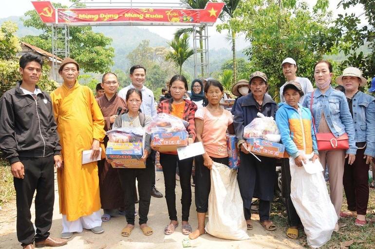 Chùa Hưng Quang tặng quà đến bà con khó khăn tại xã Trà Vinh, huyện miền núi Nam Trà My