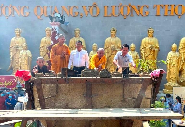 Lễ cầu nguyện rót đồng đúc tôn tượng Đức Bổn Sư Thích Ca - chùa Hoa Lâm