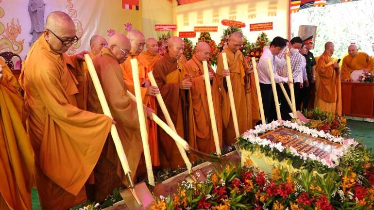 Nghi thức đặt đá tiến hành xây dựng tôn tượng Bồ-tát Quan Thế Âm cao 70m trong khuôn viên chùa Long Phước