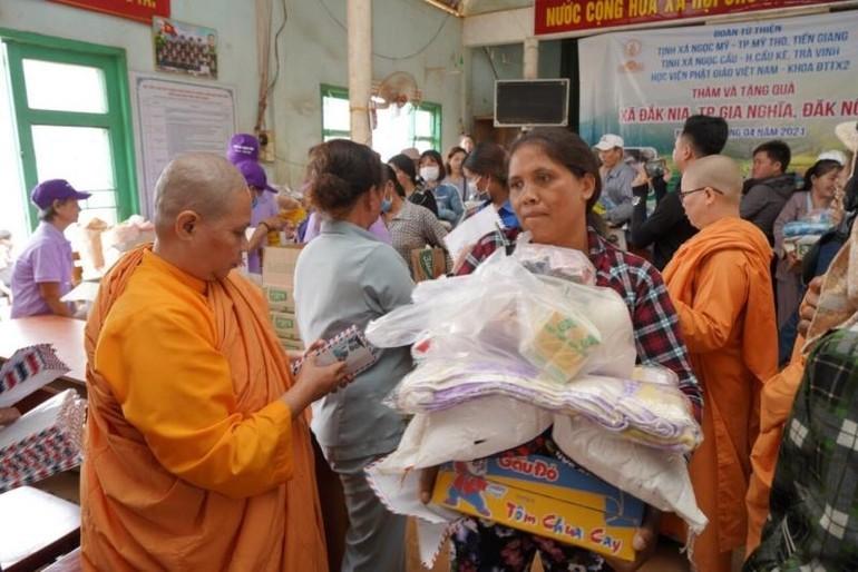 200 phần quà được đoàn từ thiện trao đến bà con địa phương thôn Bon Ting Wel Đơm, xã Đắk Nia