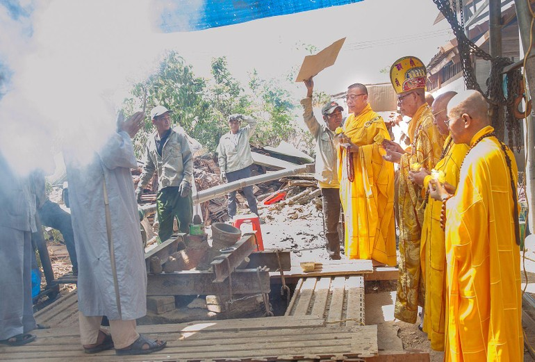 Chư tôn đức sái tịnh công trình đúc Đại hồng chung chùa Phước Thiện