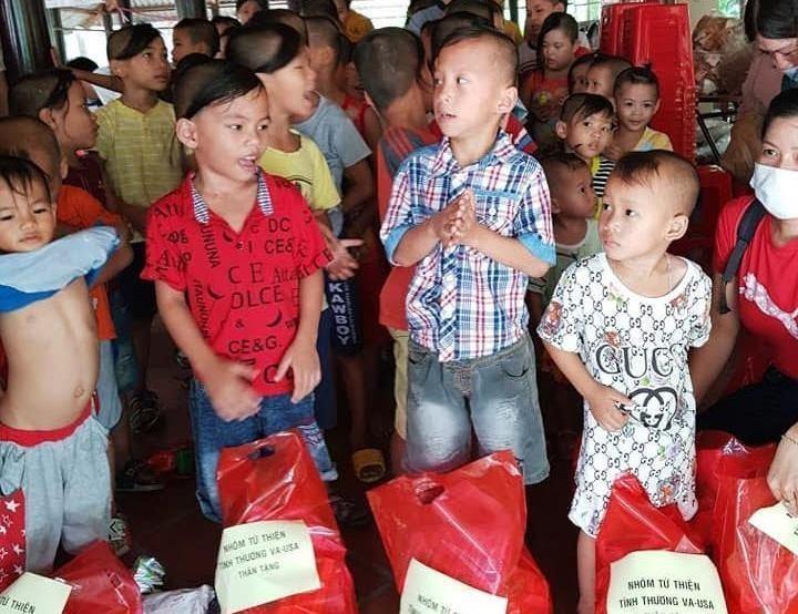 Ban Từ thiện thiền viện Vạn Hạnh trao quà cho các em được nuôi dưỡng tại Mái ấm Mây Ngàn - Ảnh: Phạm Dũng