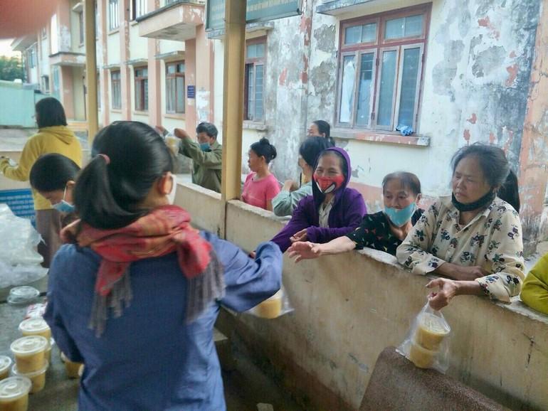 Trao suất cháo đến bệnh nhân, thân nhân bệnh nhân tại Bệnh viện Đa khoa tỉnh Đắk Lắk