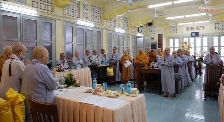 Chư Ni Phân ban Ni giới Trung ương niệm Phật cầu gia hộ trước buổi họp tại tổ đình Từ Nghiêm