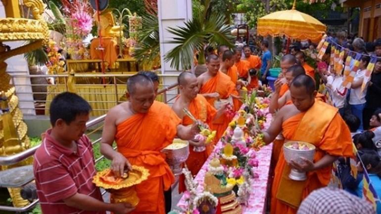 Chư Tăng chùa Candaransi - TP.HCM thực hiện nghi lễ Tắm Phật nhân Tết cổ truyền Chôl Chnăm Thmây
