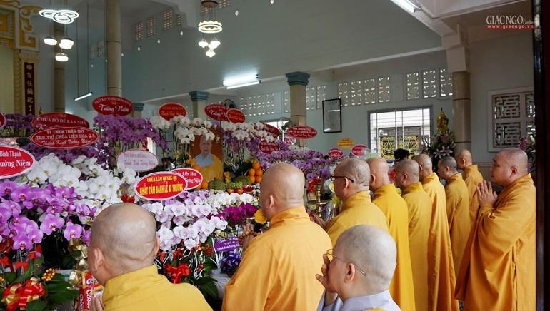 Chư tôn đức Ban Trị sự GHPGVN TP.HCM, Ban Trị sự quận 11 niêm hương tưởng niệm Ni trưởng Thích nữ Như Châu