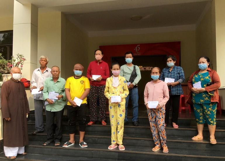 Ban Từ thiện xã hội báo Giác Ngộ trao tiền ủng hộ các bệnh nhân ung bướu khó khăn - Ảnh: M.Tuyền