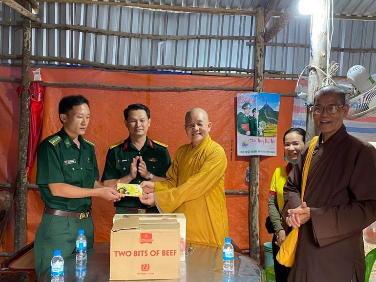 Hòa thượng Thích Minh Thiện trao quà đến đại diện các chốt biên phòng thuộc tỉnh Long An