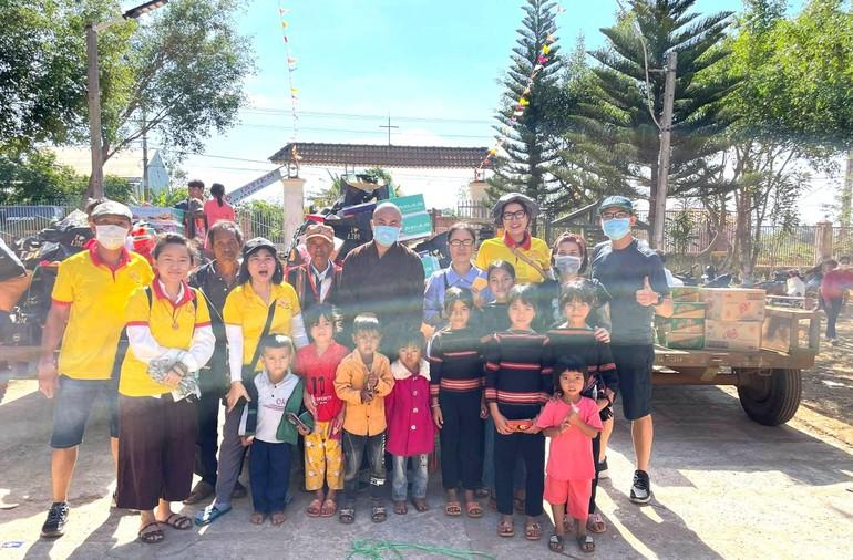 Hội Từ thiện chùa Tường Nguyên đã trao 600 phần quà tại hai huyện thuộc tỉnh Gia Lai - Ảnh: T.N