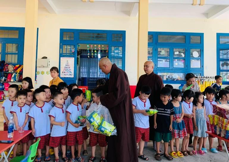 Tặng quà cho học sinh Trường mẫu giáo Bình Phục, huyện Thăng Bình, tỉnh Quảng Nam