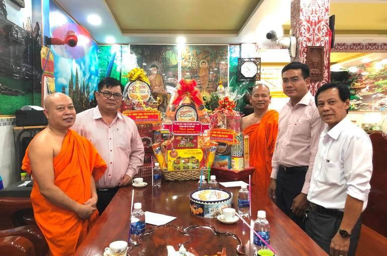 Đoàn Ủy ban MTTQVN TP.HCM thăm, chúc Tết cổ truyền Chôl Chnăm Thmây tại chùa Pothiwong - Ảnh: MTTP