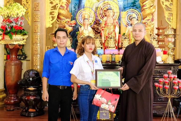 ĐĐ.Thích Minh Ân đón nhận thư cảm ơn của đại diện Trường Đại học Luật gởi chùa Minh Đạo
