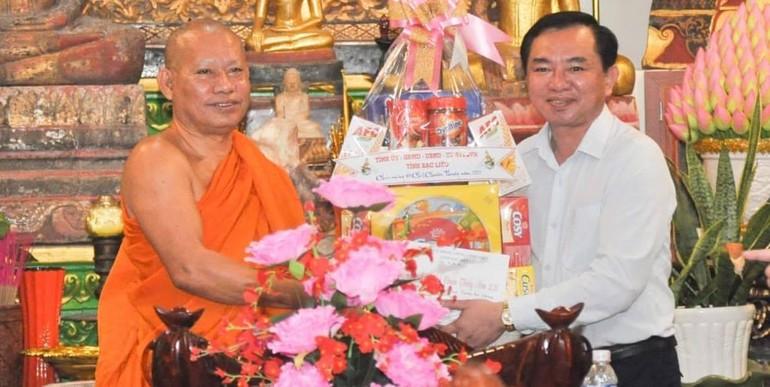 Thượng tọa Tăng Sa Vong, trụ trì chùa Cái Giá Chót nhận quà Tết do ông Phan Thanh Duy trao tặng