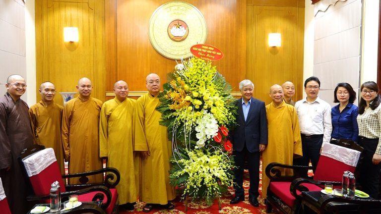 chư tôn đức Trung ương chúc mừng ông Đỗ Văn Chiến vừa được đảm nhiệm Chủ tịch Ủy ban TƯMTTQVN