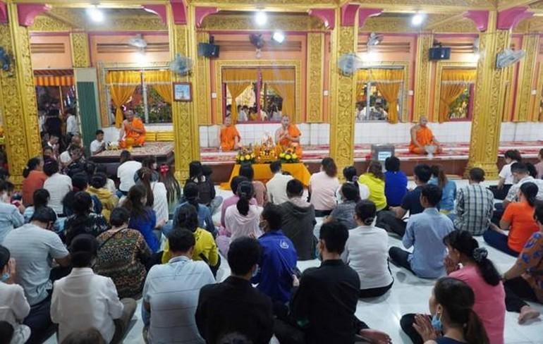 Phật tử về chùa Candaransi đón Tết Chôl Chnăm Thmây.