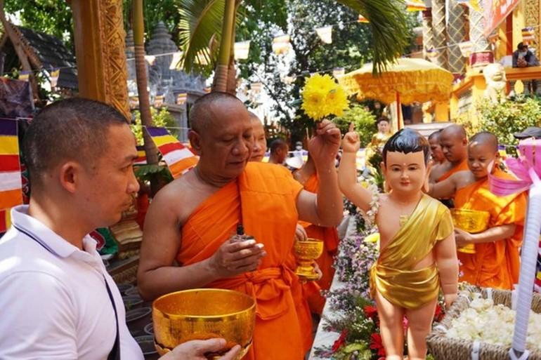 Lễ Tắm Phật thiêng liêng mừng năm mới trong Tết cổ truyền Chôl Chnăm Thmây của đồng bào Khmer