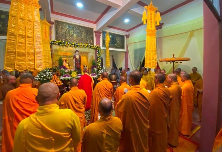 Ban Tổ chức Tang lễ, môn đồ pháp quyến cử hành lễ nhập kim quan Trưởng lão Hòa thượng Thích Từ Hương