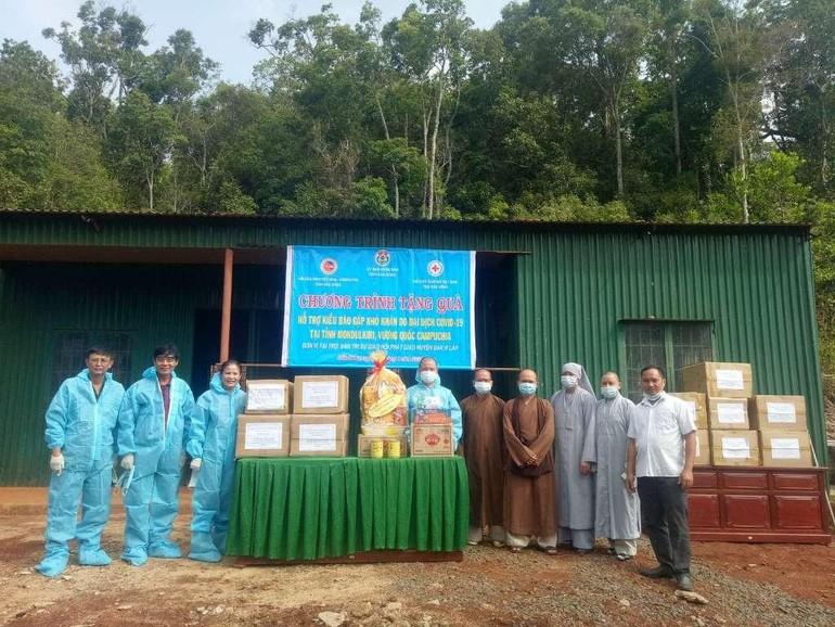 Ban Trị sự Phật giáo huyện Đắk R'lấp kết hợp cùng các cơ quan tặng 150 suất quà đến kiều bào Campuchia