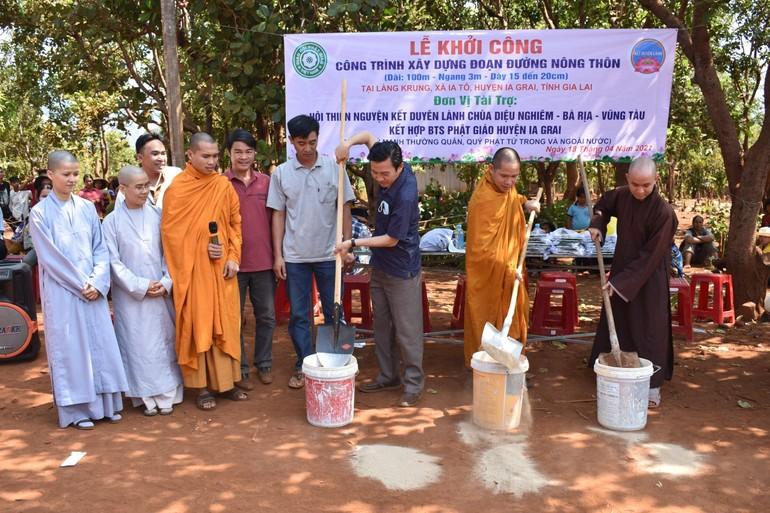 Khởi công xây đường bê-tông nông thôn tại làng Krung, xã Ia Tô, huyện Ia Grai, tỉnh Gia Lai