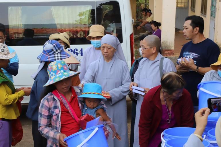 Đoàn từ thiện chùa Bồ Đề Lan Nhã và chùa Pháp Hưng thực hiện chuyến từ thiện tại tỉnh Kon Tum