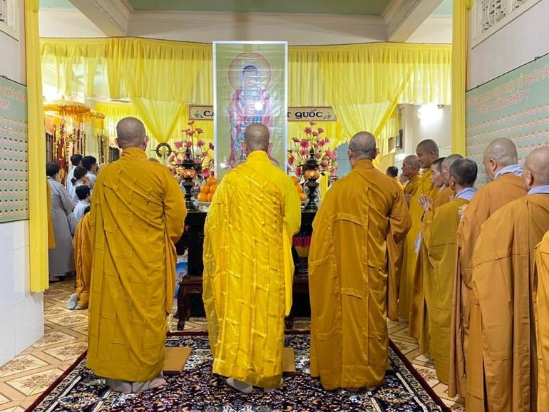 Ban Tổ chức lễ tang, môn đồ pháp quyến cung thỉnh nhục thân Ni trưởng Thích nữ Tuệ Như nhập kim quan