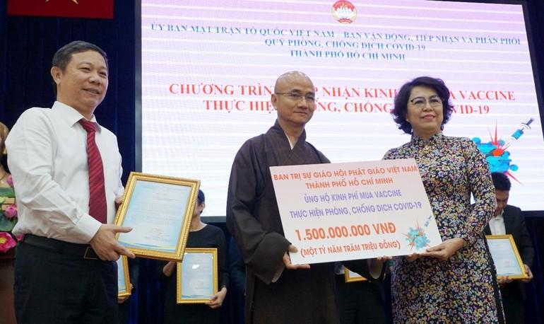 Thượng tọa Thích Thiện Quý trao bảng 1,5 tỷ đồng của toàn Tăng Ni, Phật tử Phật giáo TP.HCM đóng góp